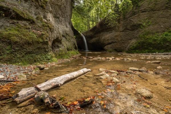 Über den Tobelbach Wasserfall fliesst das letzte Wassers des Sommers ins Tal hinunter.