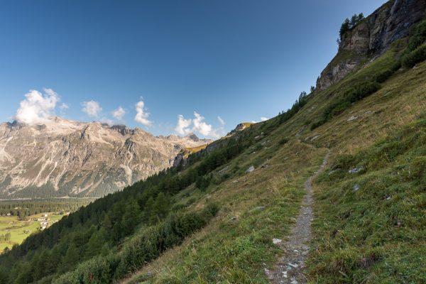 Schmaler Weg im steilen Hang nach Marmorè