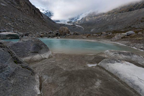 leicht gefrorener Gletschersee im Val da Morteratsch