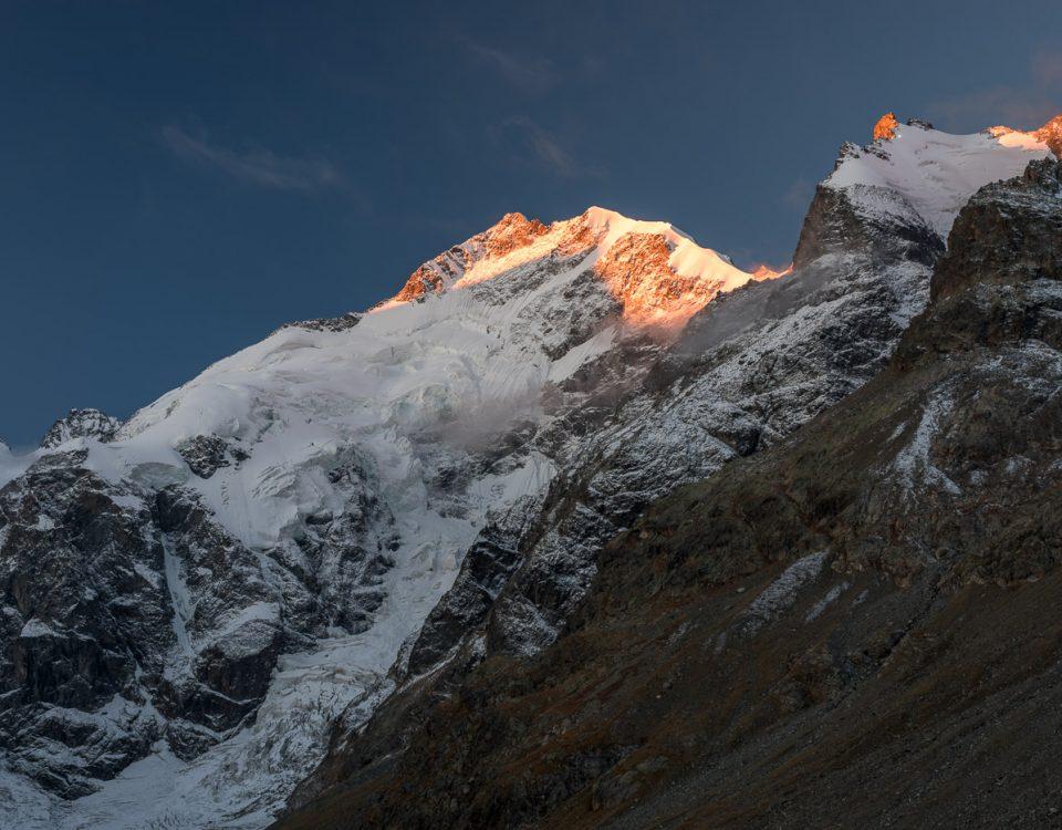 Biancograt und Piz Bernina im ersten Morgenlicht