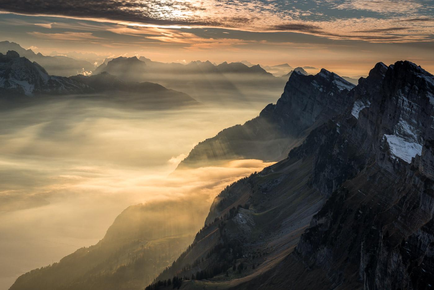 Churfirsten und Walensee zwischen Wolken und Nebel