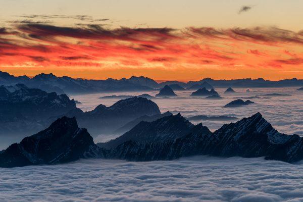 Voralpen im Nebelmeer kurz nach Sonnenuntergang
