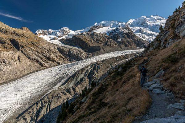 Weg zur Bovalhütte hoch über dem Gletscher