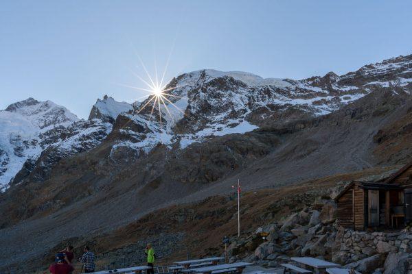 Letzte Sonnenstrahlen auf der Terrasse der Bovalhütte