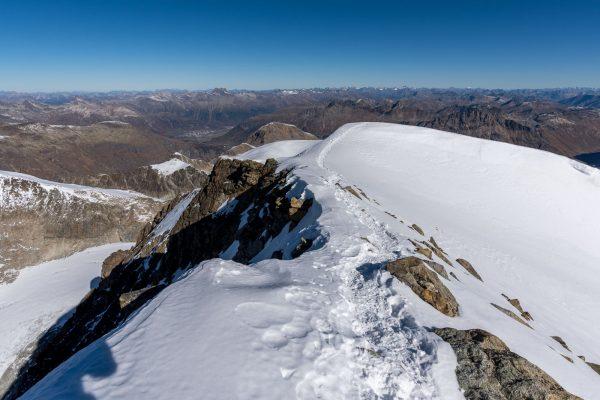Gipfelgrat bei strahlend blauem Himmel