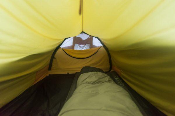 Am Morgen ist das Zelt halb eingeschneit.