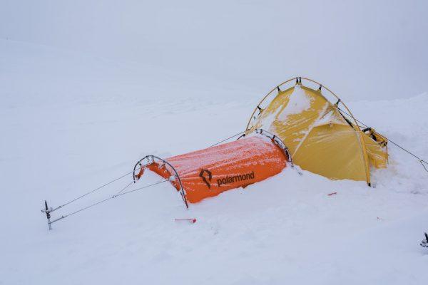 Verschneites Polarmondzelt