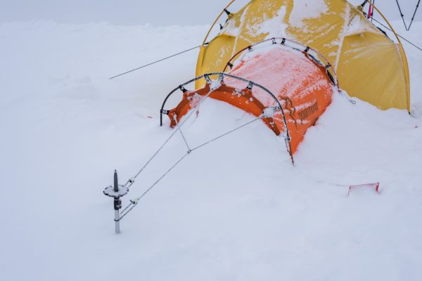 Schneeansammlung ums Zelt