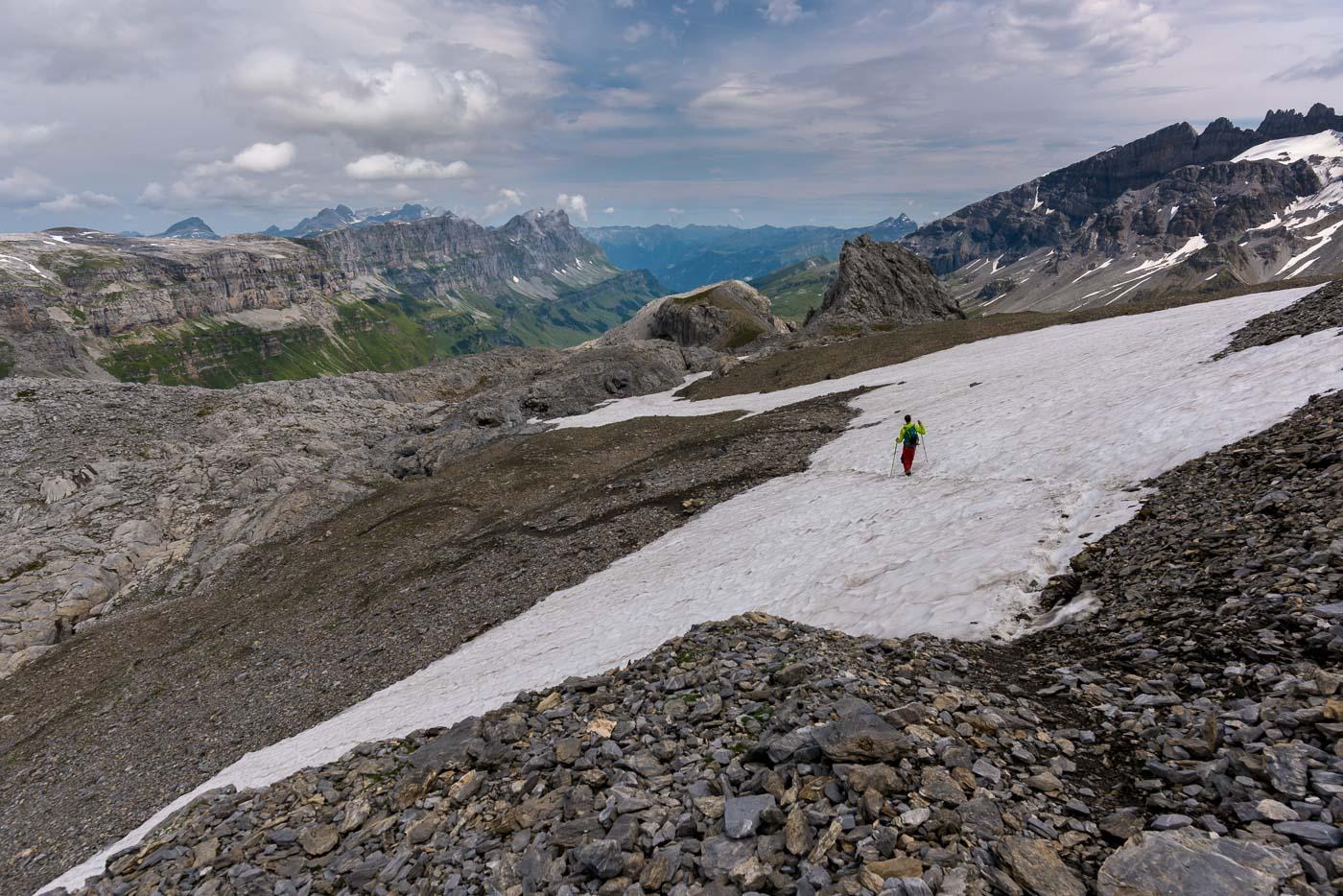 Abstieg über Schneefelder