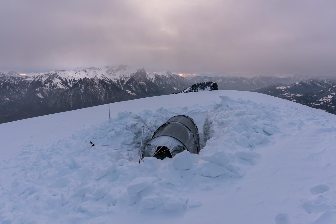 Eine Vertiefung für das Zelt zu graben bedingt sehr viel Aufwand.