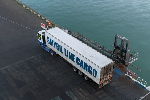 Auch Lastwagen finden Plat auf der Fähre