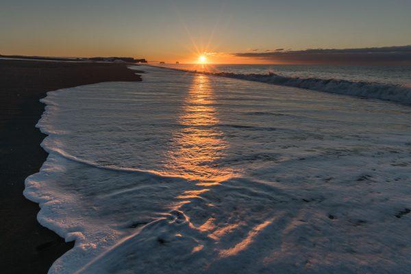 Sonnenaufgang über dem ruhigen Meer