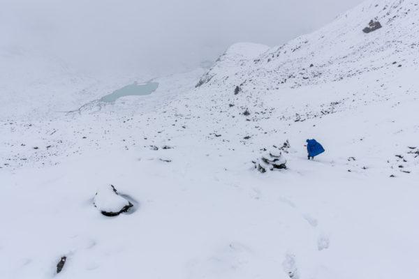 Abstieg durch den Schnee