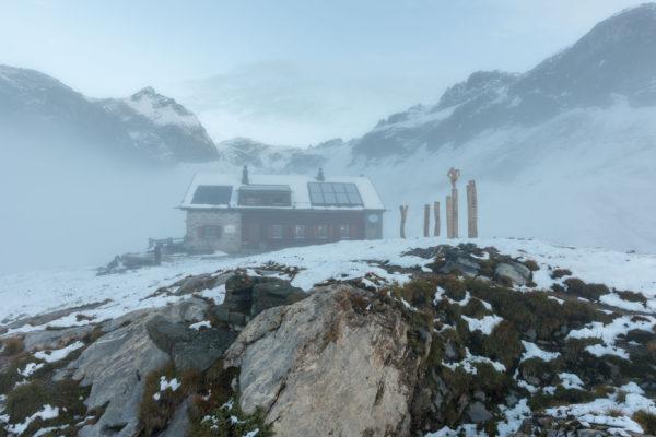 Morgennebel um die Hütte
