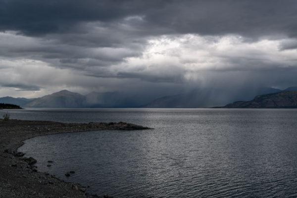 Regen über dem Kluane Lake