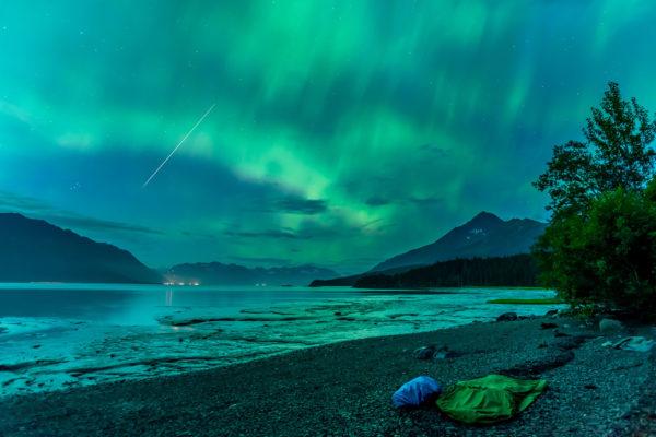 Nordlicht mit Sternschnuppe über meinem Biwak