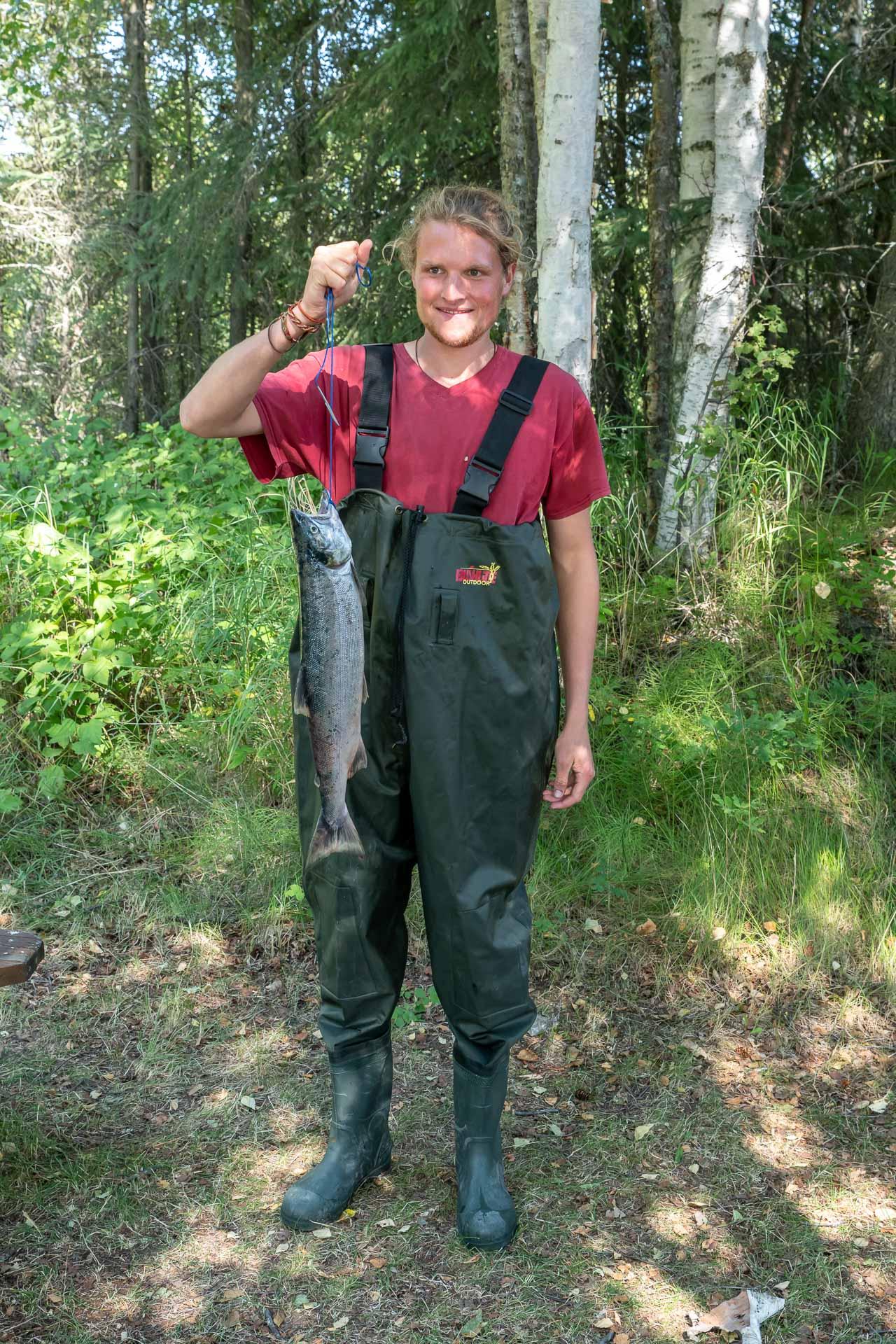 Johann mit seinem ersten Lachs in Alaska