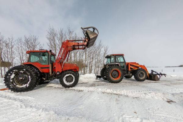 Es braucht zwei Traktoren um den Lastwagen zu befreien
