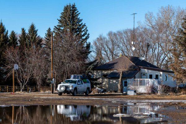 Aus dem Schnee wird ein See vor dem Haus
