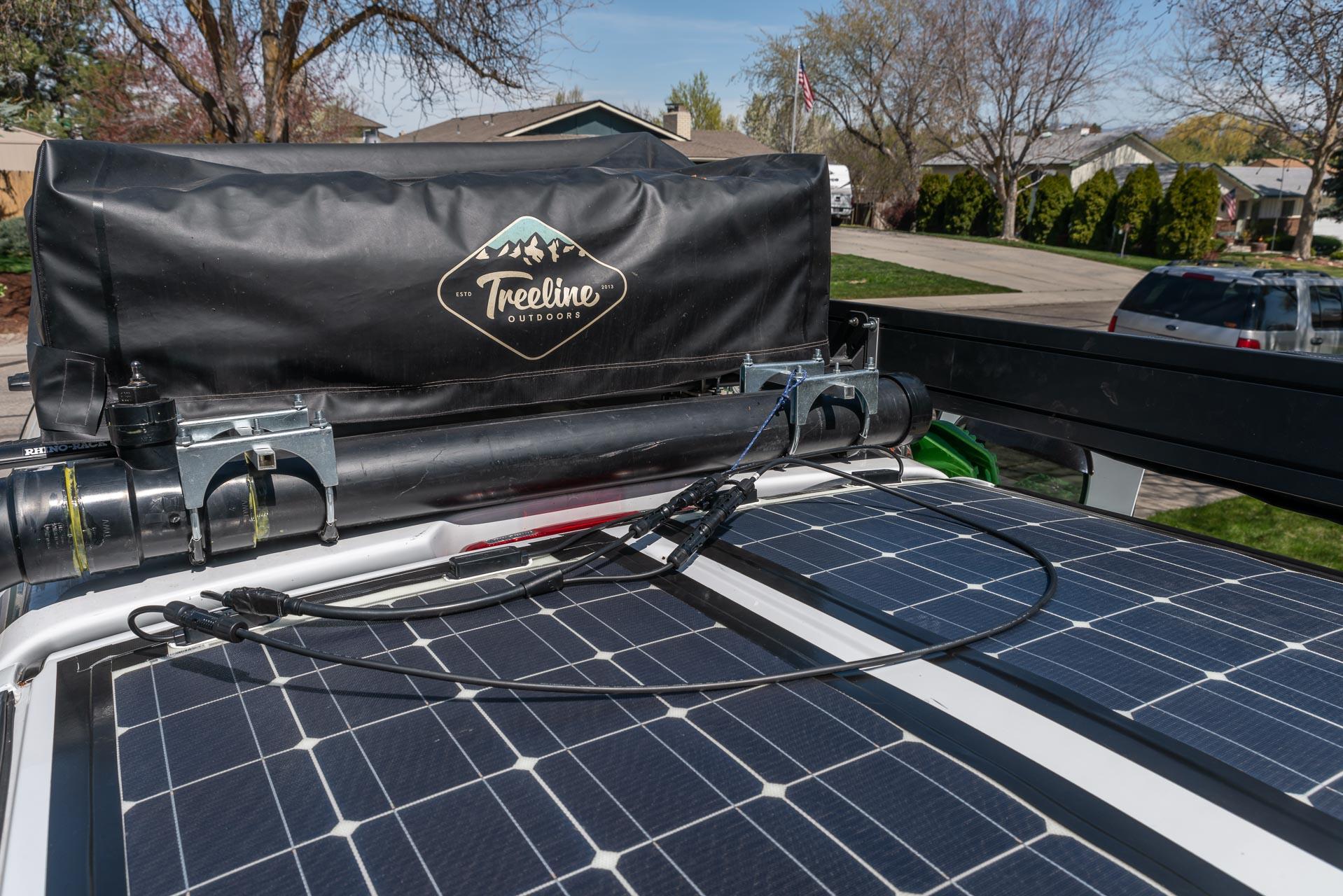 Zur Solardusche kommen noch zwei neue Solarpanels