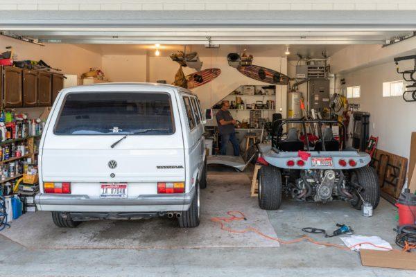 John in seiner VW Werkstatt